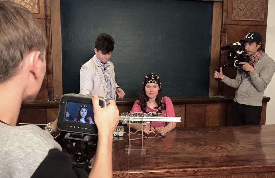 Съёмки нейротренажёра «Мозг — компьютер», управлять которым человек может с помощью мыслей. МГУ. 16 июля, 2015