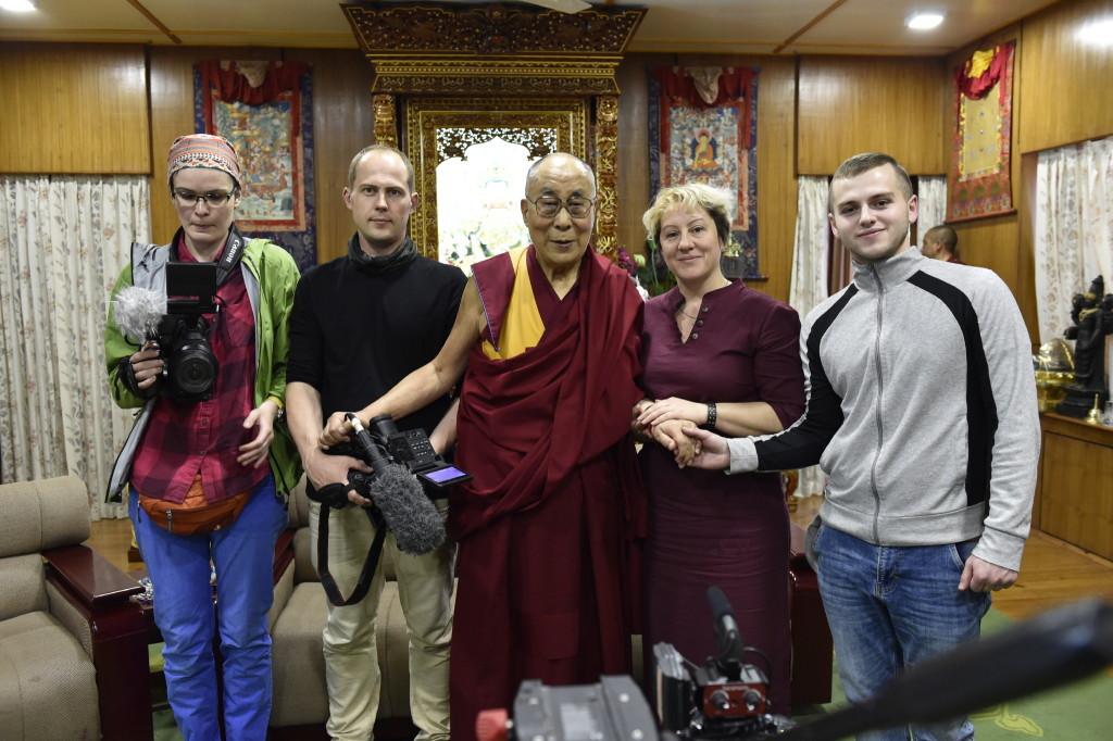 """Встреча съёмочной группы фильма """"Похищение Богдо-хана"""" с Далай-ламой. Дхарамсала. Май, 2017. Фотография предоставлена Дарьей Хреновой"""