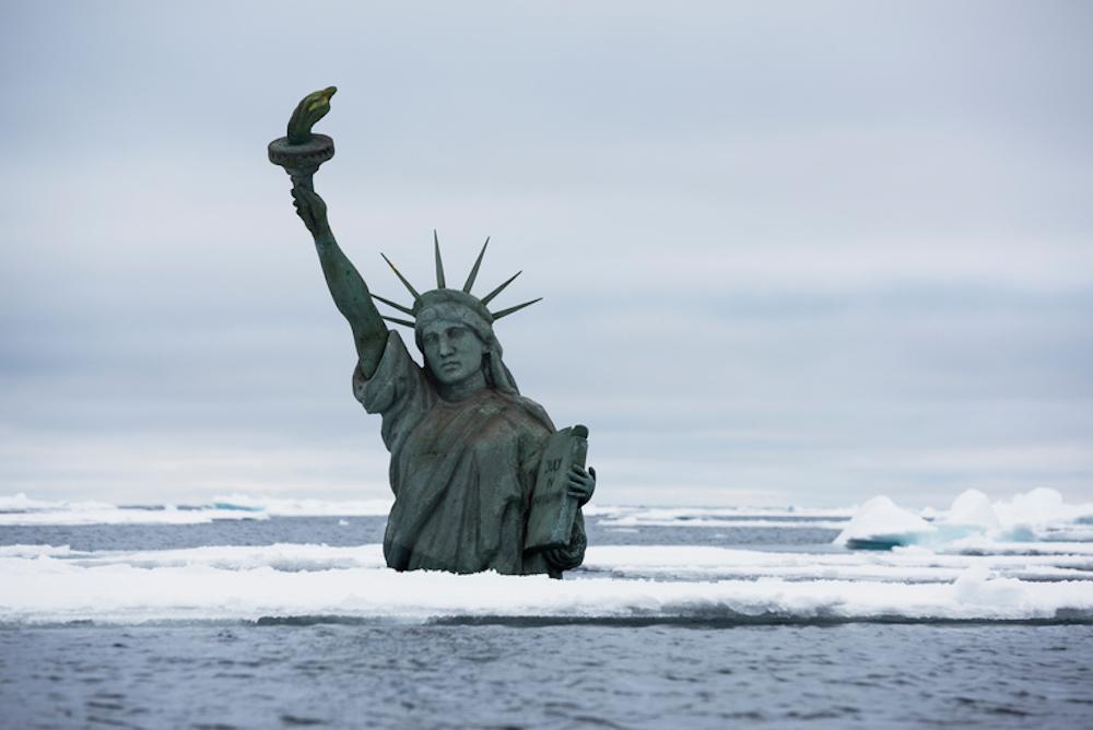 Затонувшая копия Статуи Свободы во время акции в Арктике © Кристиан Ослунд / Greenpeace