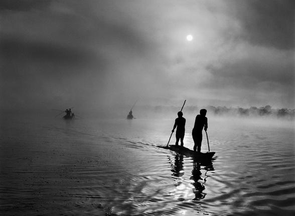 Индейцы Ваура ловят рыбу в озере Пуиланга недалеко от своего поселения. Верховья реки Шингу. Штат Мату Гроссу. Бразилия. 2005