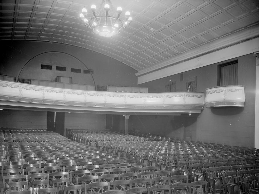"""Кинотеатр «Художественный». Зрительный зал. Вид в сторону балкона. Дата постройки 1914 г., фото 1949 г. Фотография предоставлена кинотеатром """"Пионер""""."""
