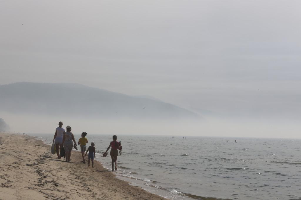 """Отдыхающие на озере Байкал, затянутом дымом от лесных пожаров. Изображение представлено БФ """"Предание"""""""