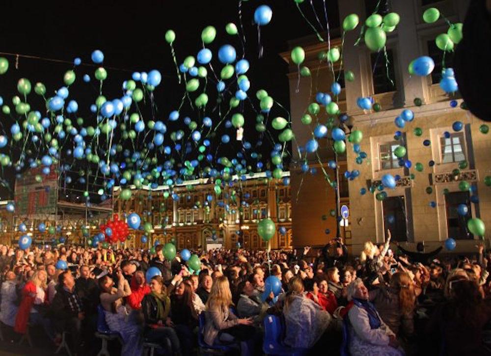 Церемония открытия фестиваля на Дворцовой площади. Источник: message2man.com